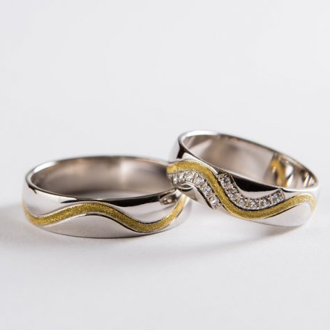 Elegantné svadobné obrúčky z bieleho zlata zdobený zvlnenou matnou drážkou