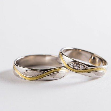 Svadobné obrúčky sa zatepanou vlnkou zo žltého zlata.