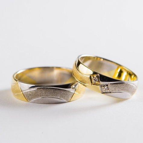 Originálne svadobné obrúčky prekladané bielym a žltým zlatom