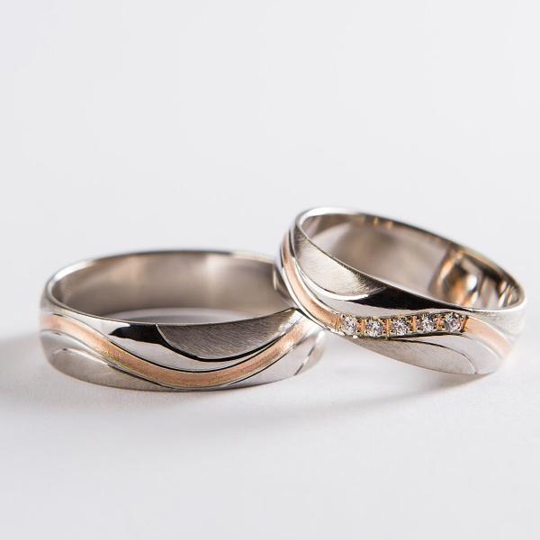 Svadobné obrúčky v základe z bieleho zlata so zložitejším premysleným a však moderným dizajnom